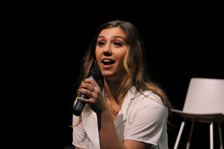 Hannah Morzak, American Idol and The Voice songwriter/ storyteller, speaks to a young member of the audience.
